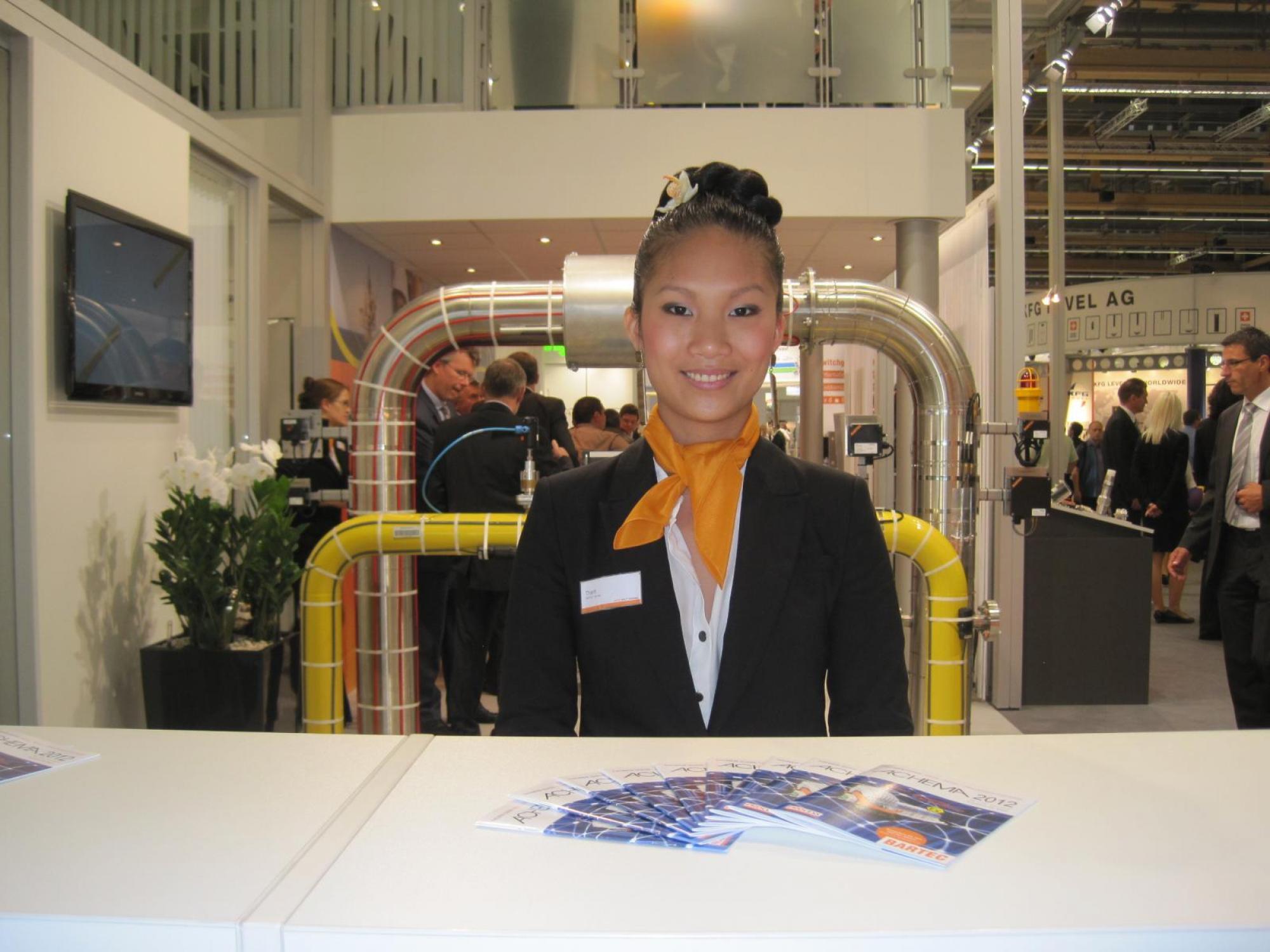 Unsere Hostess Thanh mit außergewöhnlichen Fremdsprachenkenntnissen auf der ACHEMA.