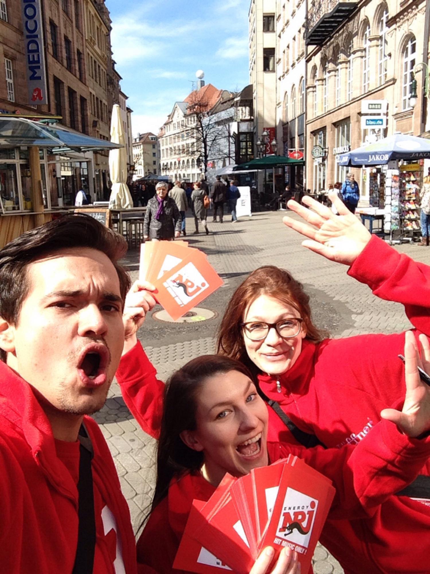 Flyer-verteilung in der Nürnberger City mit viel Spaß und Action.